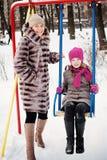 Familia feliz en invierno Madre e hija Fotografía de archivo libre de regalías