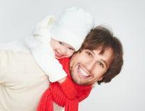 Familia feliz en invierno papá del padre que juega con la hija del bebé Imágenes de archivo libres de regalías