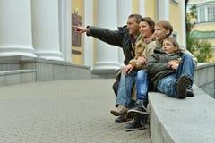 Familia feliz en la ciudad Imagen de archivo libre de regalías