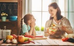 Familia feliz en la cocina foto de archivo libre de regalías