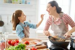 Familia feliz en la cocina foto de archivo