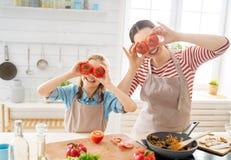 Familia feliz en la cocina fotografía de archivo