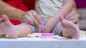 Familia feliz en la cocina Primer de la pierna de la pequeña hija metrajes