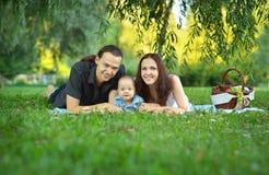 Familia feliz en la comida campestre Foto de archivo