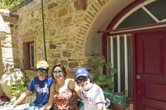 Familia feliz en la isla de Quíos, Grecia Fotos de archivo libres de regalías