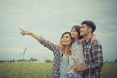 Familia feliz en la naturaleza Imagen de archivo