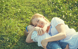Familia feliz en la naturaleza la hija de la mamá y del bebé está jugando en Foto de archivo