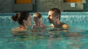 Familia feliz en la piscina almacen de video