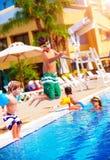 Familia feliz en la piscina Imágenes de archivo libres de regalías