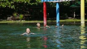 Familia feliz en la piscina almacen de metraje de vídeo