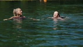 Familia feliz en la piscina metrajes