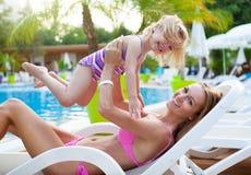 Familia feliz en la piscina, divirtiéndose Imagen de archivo