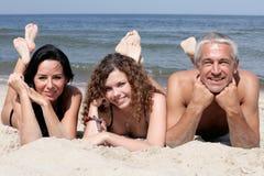 Familia feliz en la playa Imagen de archivo libre de regalías
