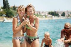 Familia feliz en la playa Fotografía de archivo libre de regalías