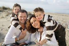Familia feliz en la playa Foto de archivo libre de regalías