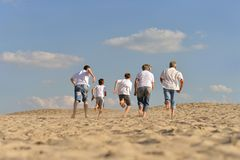 Familia feliz en la playa Imagen de archivo