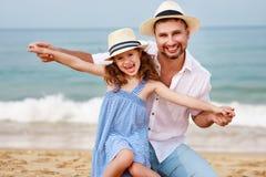 Familia feliz en la playa abrazo de la hija del padre y del niño en el mar foto de archivo