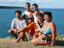 Familia feliz en la playa cerdeña Foto de archivo