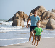 Familia feliz en la playa que juega, padre con el hijo imágenes de archivo libres de regalías