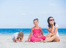 Familia feliz en la playa tropical Imagenes de archivo