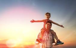 Familia feliz en la puesta del sol Fotografía de archivo