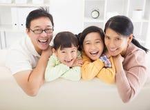 Familia feliz en la sala de estar Imagen de archivo libre de regalías