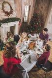 Familia feliz en la tabla del día de fiesta Fotos de archivo libres de regalías