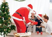 Familia feliz en la tarde de la Navidad en el país fotografía de archivo libre de regalías