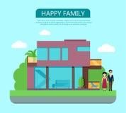 Familia feliz en la yarda de su casa Fotografía de archivo libre de regalías