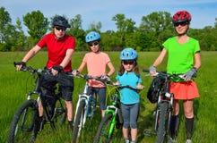Familia feliz en las bicis imagen de archivo libre de regalías
