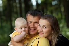 Familia feliz en madera Fotos de archivo