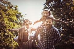 Familia feliz en naturaleza Imagen de archivo libre de regalías
