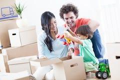 Familia feliz en nuevo hogar Fotos de archivo libres de regalías