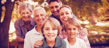 Familia feliz en parque foto de archivo