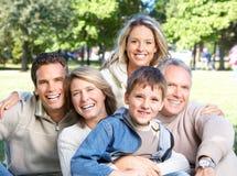 Familia feliz en parque Fotos de archivo