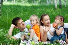Familia feliz en parque Imagen de archivo