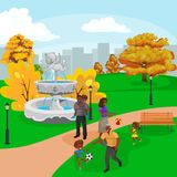 Familia feliz en parque con la fuente, los muchachos y las muchachas jugando al aire libre alrededor de la cascada del jardín, ge Imagenes de archivo