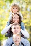 Familia feliz en parque del otoño fotografía de archivo