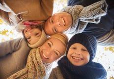 Familia feliz en parque del otoño Fotos de archivo