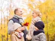 Familia feliz en parque del otoño Imagen de archivo libre de regalías