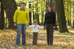 Familia feliz en parque del otoño Fotografía de archivo libre de regalías
