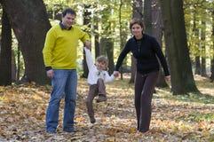 Familia feliz en parque del otoño Imagen de archivo