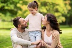 Familia feliz en parque del verano Fotos de archivo