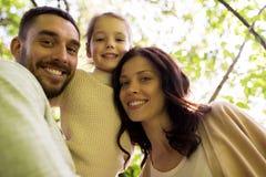 Familia feliz en parque del verano Fotografía de archivo