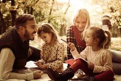 Familia feliz en parque Eduque en naturaleza foto de archivo libre de regalías
