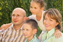 Familia feliz en parque temprano de la caída Fotos de archivo libres de regalías