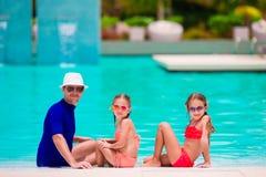 Familia feliz en piscina Imagen de archivo libre de regalías