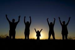 Familia feliz en puesta del sol Foto de archivo libre de regalías