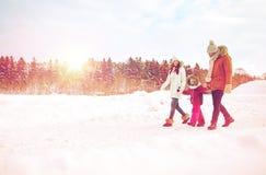 Familia feliz en ropa del invierno que camina al aire libre foto de archivo libre de regalías