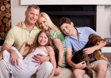 Familia feliz en sala de estar con el perro foto de archivo libre de regalías